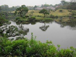 Насыпные холмы парка Suizenji koen. Фукуока