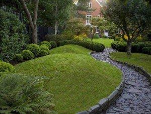 небольшие холмики. Рельеф в саду.