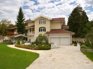 Соразмерный дом и поляна