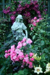 роза, лилия, клематис и кульптура