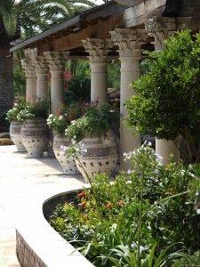 Колонны и керамические вазы в Итальянском саду