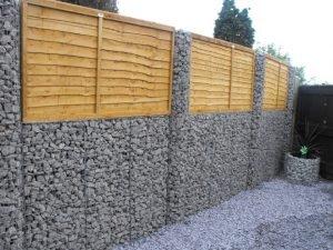 ограда из габионов и дерева