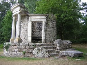 Храм философии в парке Жан-Жака Руссо, Франция.