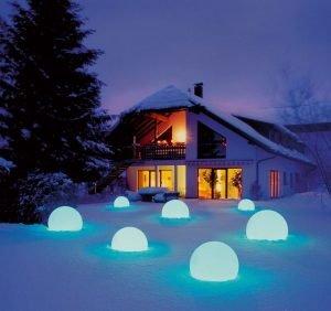 декоративные фонари в снегу